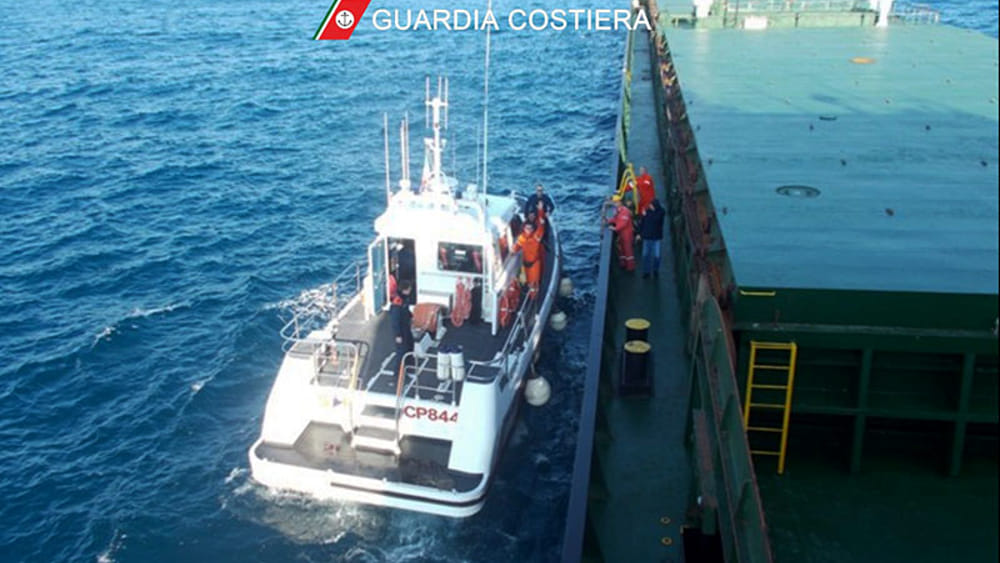 La CP 884 affiancata al mercantile maltese-2