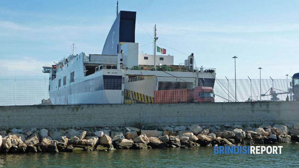 Tir allo sbarco dal traghetto Sorrento della Grimaldi