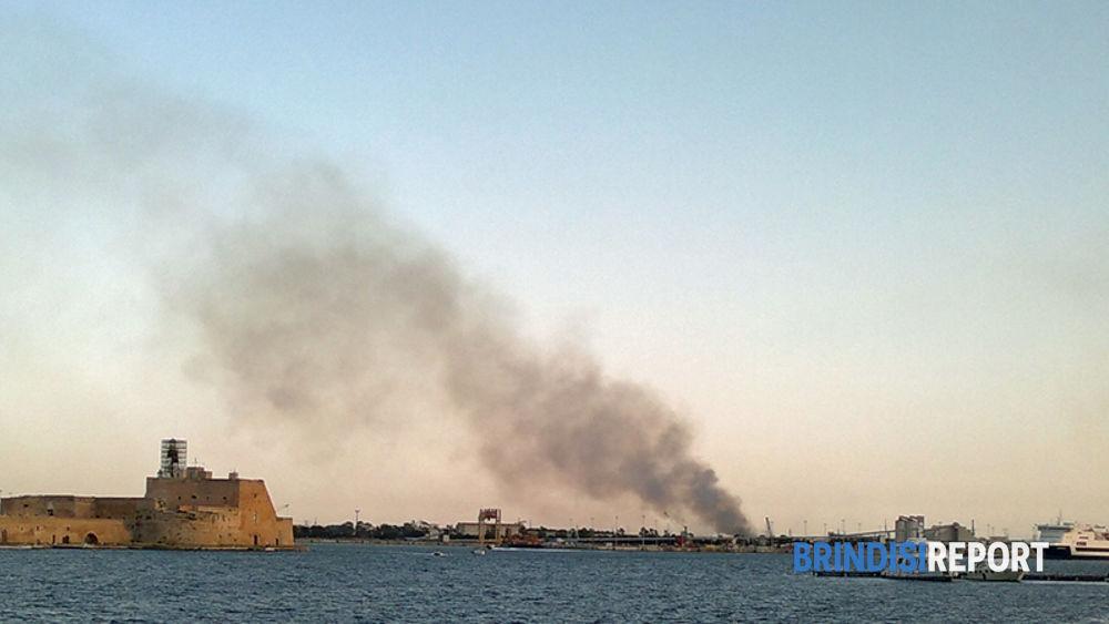 Incendi di erbe secche alla zona industriale di Brindisi