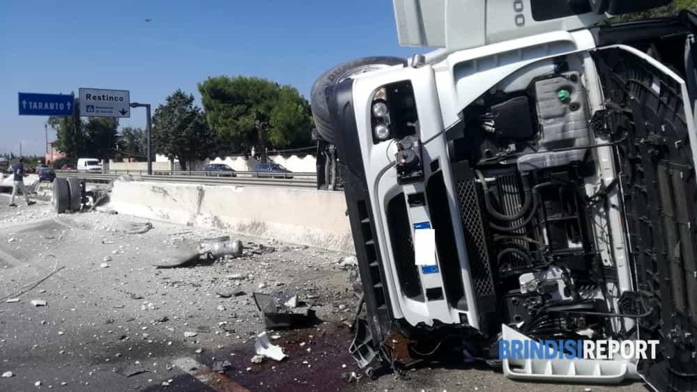 Camion ribaltato Restinco 2-2-2