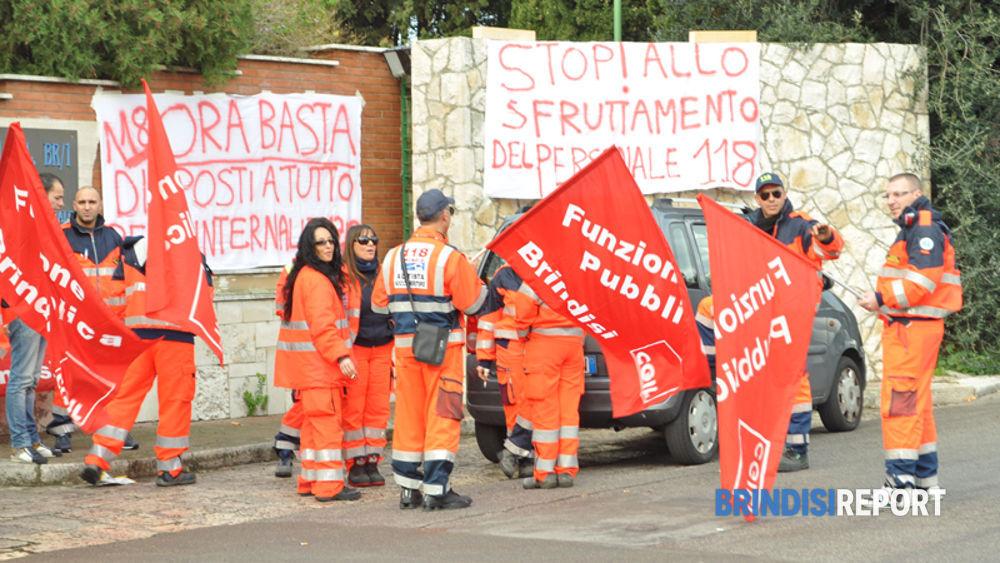Una manifestazione davanti alla sede della Asl di via Napoli