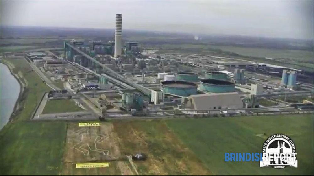 La centrale e il messaggio di Greenpeace ripresi dall'elicottero