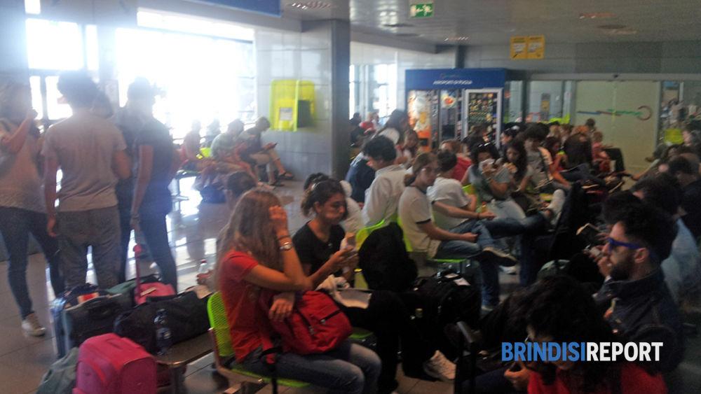 La lunga attesa dei passeggeri del Brindisi-Londra