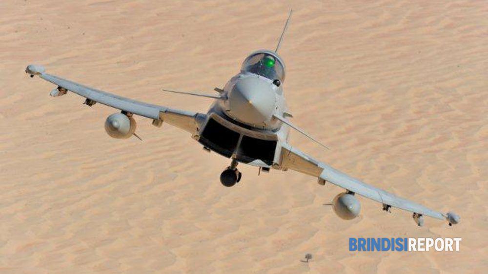 Eurofighter Typhoon in volo su un'area desertica
