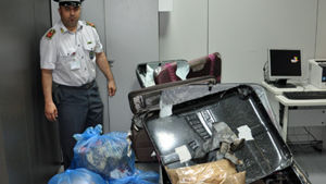 Gli 11 chili di cocaina e le valigie con i doppifondi