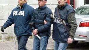 Cosimo Giovanni Guarini tra gli agenti il giorno dell'arresto