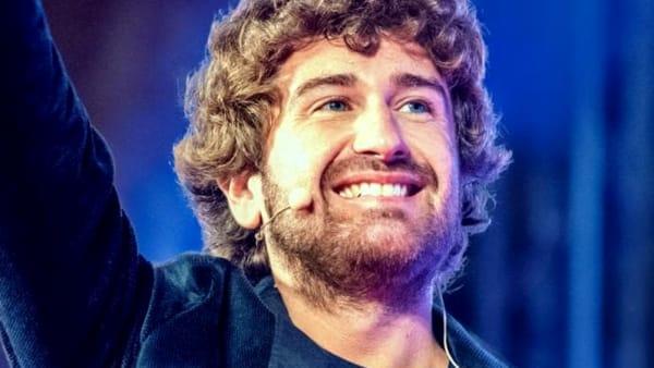"""I monologhi di Alessandro Siani nel """"Felicità tour"""" al teatro Verdi"""