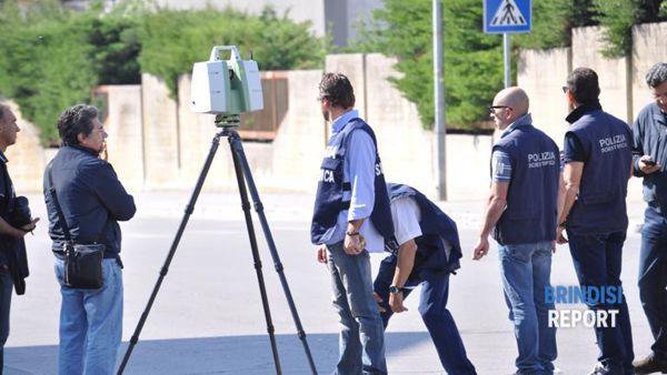 La Polizia scientifica davanti al Morvillo per la ricostruzione quadrimensionale dell'attentato