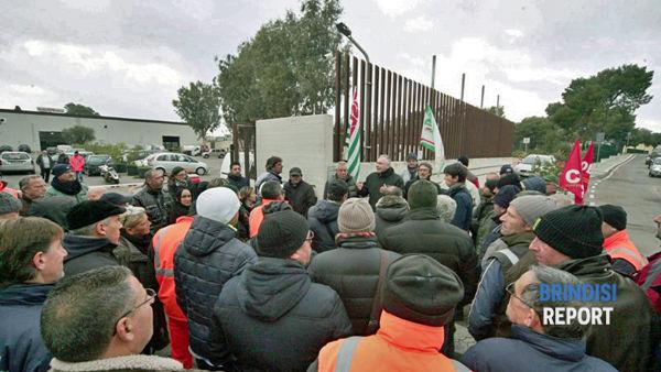 Una protesta davanti alla sede della Multiservizi