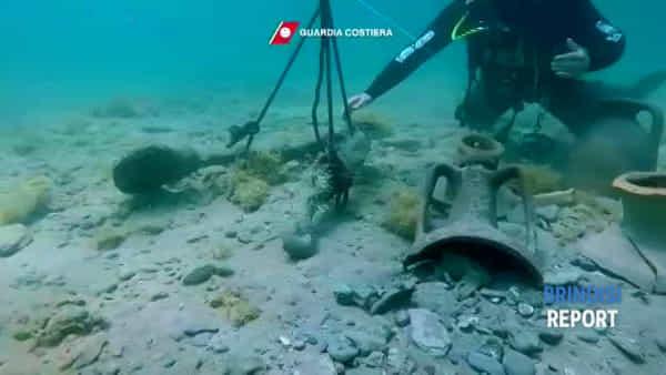 Dai fondali spuntano antiche anfore: i sub della Guardia costiera in azione