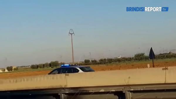 Autocarro fuori controllo spazza lo spartitraffico e si capovolge