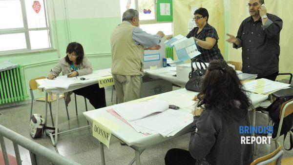 Un seggio elettorale a Brindisi