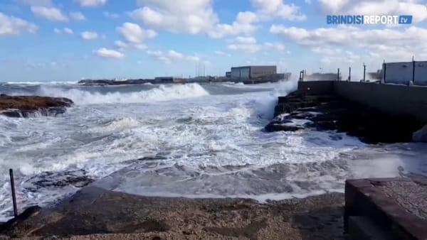 La mareggiata di grecale nel giorno dell'Epifania a Brindisi