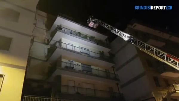 Salvataggio delle persone bloccate da incendio in un condominio di Brindisi