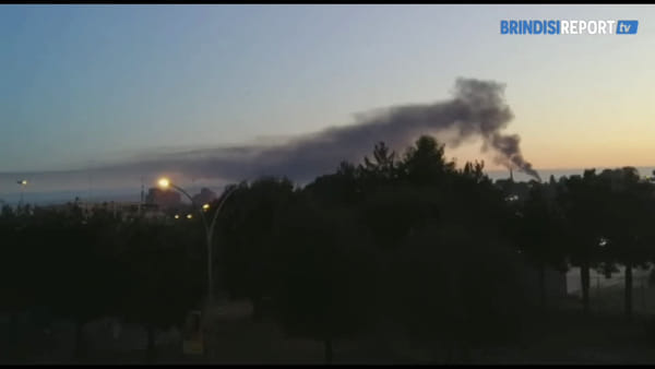 Torcia Versalis: la nube di fumo vista dal mare, dalla statale e dalla città