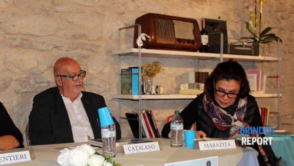 Daniela Marazita mentre interpreta un brano del libro di Catalano.-2