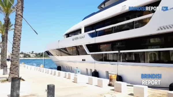 Seven Sins: arriva a Brindisi lo yacht da favola con piscina jacuzzi