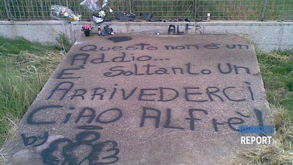 La scritta lasciata dagli amici nel punto in cui è morto Alfredo Genovese