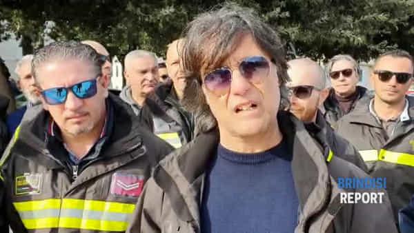 """""""Più risorse per mezzi, organici e malattie"""": vigili del fuoco in piazza"""