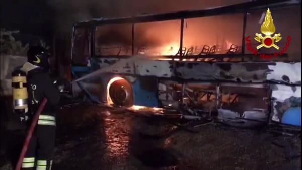 Autobus avvolti dalle fiamme: i vigili del fuoco domano l'incendio