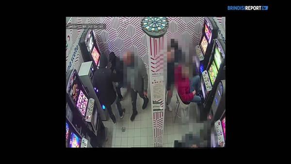 Slot saccheggiate davanti ai clienti: le immagini dell'assalto alla sala giochi