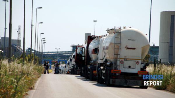 La teoria dei camion bloccati all'ingresso dell'area combustibili della termoelettrica (ph Paola Bari)