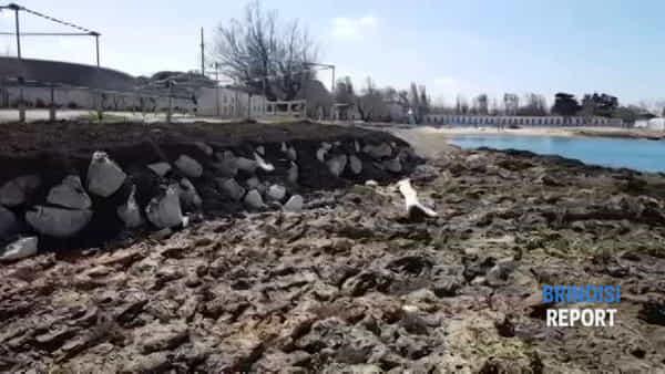 I lavori in corso sugli scogli alla spiaggia della polizia
