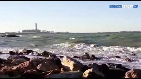 Scontro fra onde: lo spettacolo regalato dal mare a Torre San Gennaro