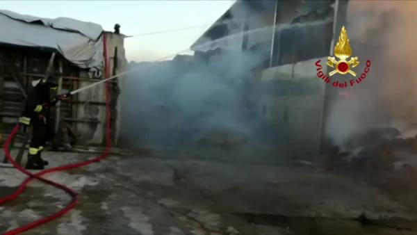 Fienile devastato dalle fiamme: l'intervento dei vigili del fuoco
