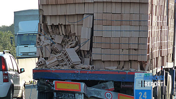 Il punto dell'impatto sul rimorchio del camion