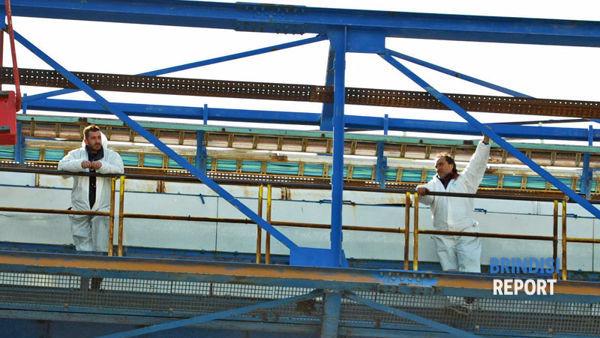 Due dei lavoratori Sogesa sul nastro trasportatore della centrale Edipower