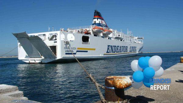 Il traghetto Ionian Queen a Punta delle Terrare