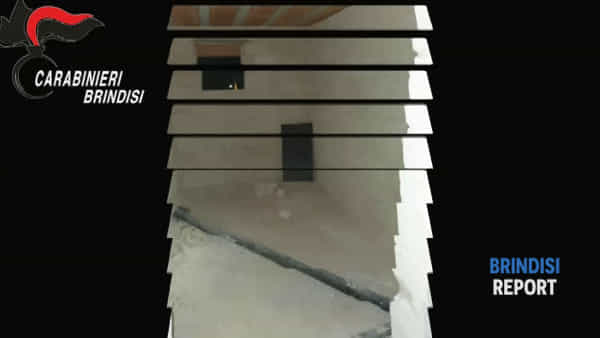 Fuggitivo si nasconde in un sottoscala: l'irruzione dei carabinieri