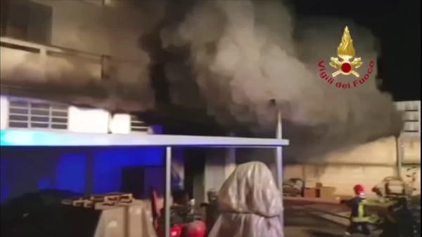 Capannone in fiamme: l'intervento dei vigili del fuoco