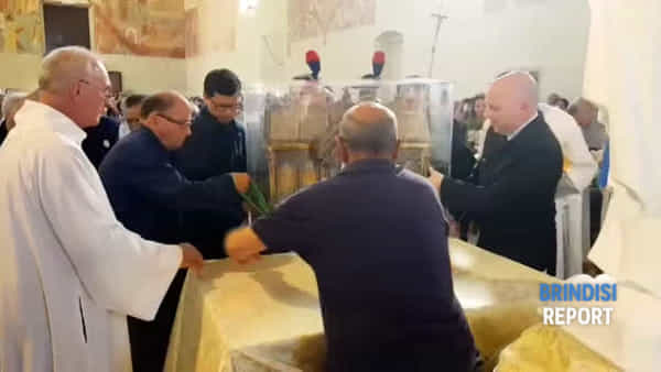 Una folla commossa accoglie le reliquie di Bernardette, la santa di Lourdes