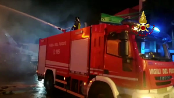 Rifiuti speciali in fiamme da ore in un deposito a Francavilla Fontana
