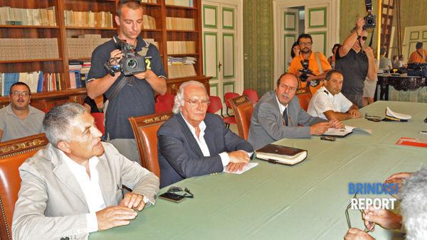 A sinistra, il sindaco Vincenzo Della Corte