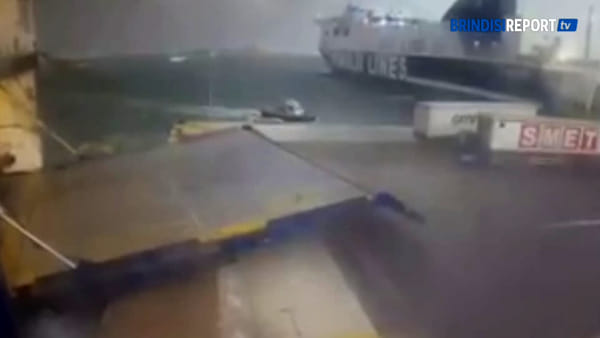 Gli effetti di una tempesta sui traghetti a Punta delle Terrare