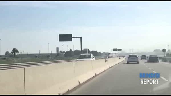 Momenti di tensione sulla superstrada: auto va a fuoco durante la marcia