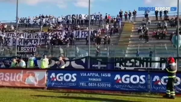 Brindisi-Gelbison: la Curva Sud omaggia i pompieri prima della partita