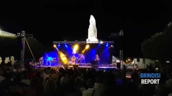 Il popolo del blues risponde: gremita piazza Santa Teresa