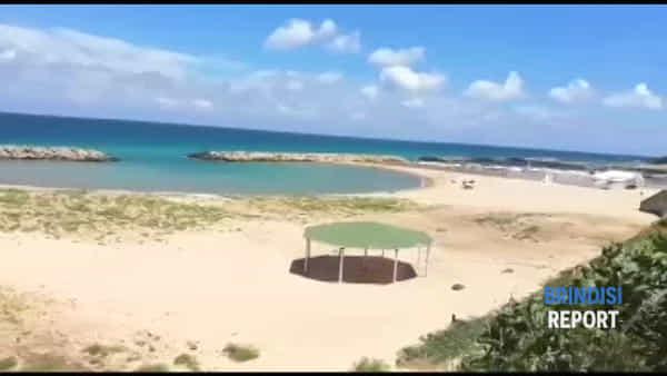 Campo di Mare: spiaggia libera invasa dall'erba