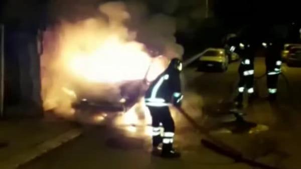 Incendiate due auto a Brindisi: paura nella notte