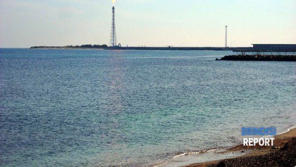 La torcia di Torre Cavallo e il tratto di mare dove è stata scaricata la soda caustica