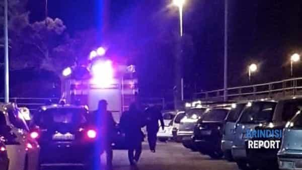 Paura nel centro abitato: a fuoco un'auto parcheggiata per strada