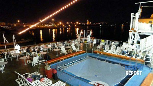 Passeggeri su un traghetto per la Grecia a Brindisi