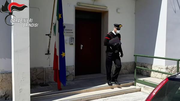 I carabinieri ritirano la pensione e la consegnano a un'anziana