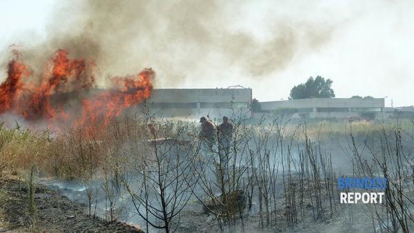 Il duro lavoro dei vigili del fuoco