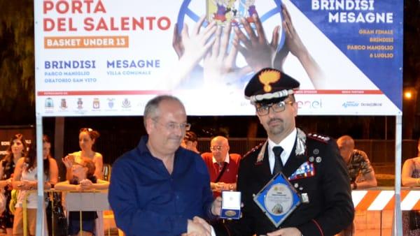 Sindaco consegna medaglia al Col. De Magistris-2