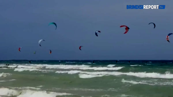 Gli acrobati del kitesurf danno spettacolo a Torre Guaceto